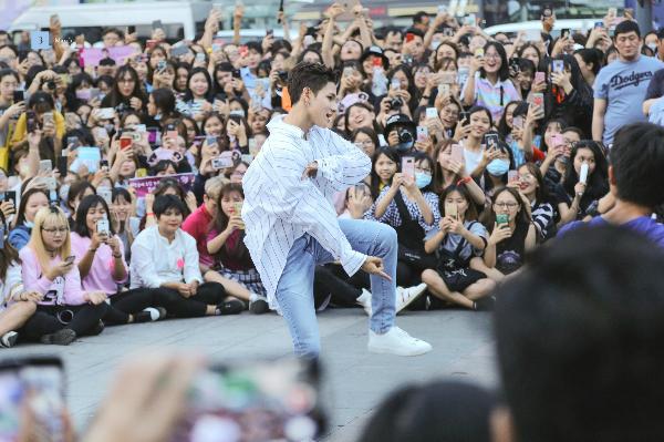 Fan không thể rời mắt khỏi những bước nhảy của Ảnh: Ảnh: The March