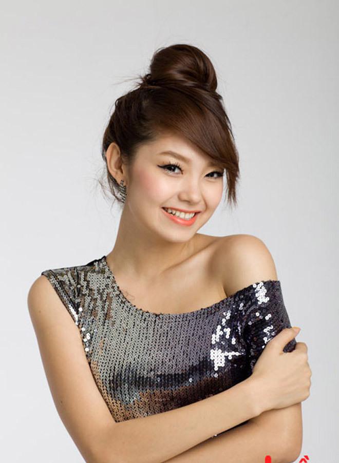 <p> Năm 2009, Minh Hằng theo đuổi phong cách dễ thương, đáng yêu. Cùng với làn da trắng trẻo hơn, nhan sắc của cô cũng trưởng thành và xinh đẹp hơn hẳn. Cô ghi dấu ấn bởi vai diễn với cặp kính tròn đáng yêu trong <em>Giải cứu thần chết.</em></p>