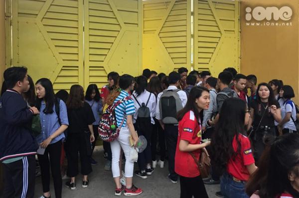 Fan vây kín cổng SVĐ Hàng Đẫy cả tiếng để hóng Xuân Trường, Công Phượng