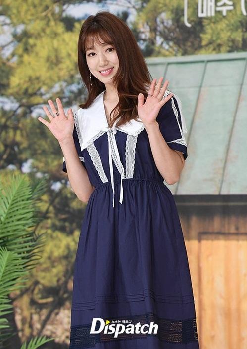 Chiều 4/4, Park Shin Hye xuất hiện tại sự kiện họp báo chương trình truyền hình thực tế Little house in the forest của đài tvN. Đây là lần công khai lộ diện đầu tiên của nữ diễn viên sau khi công khai chuyện tình cảm với đàn em Choi Tae Joon.