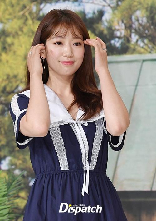Park Shin Hye diện váy dài nữ tính, khoe vẻ đẹp trong sáng với kiểu makeup nhẹ nhàng.