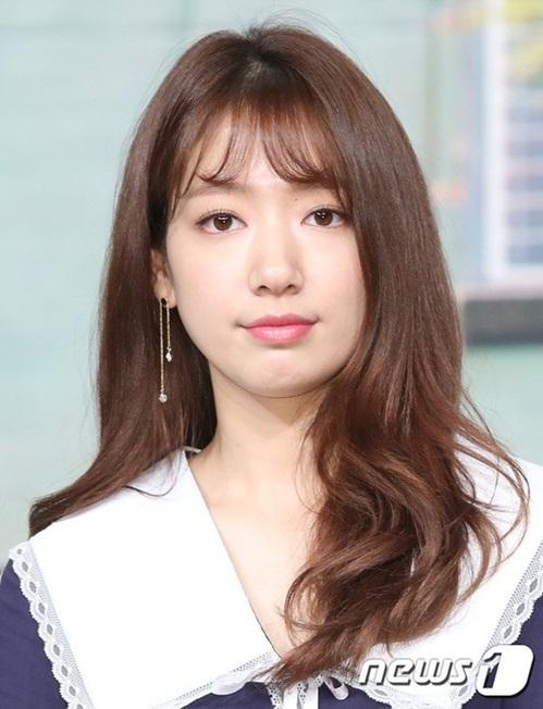 Khuôn mặt nữ diễn viên có phần tròn trịa hơn, má bầu bĩnh đáng yêu. Làn da trắng không tỳ vết của Shin Hye khiến nhiều fan ngưỡng mộ.