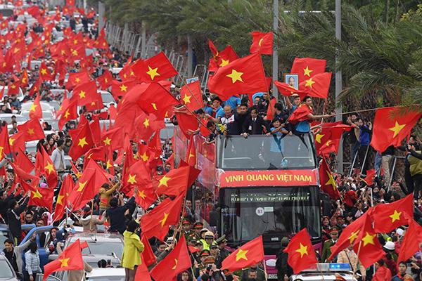 U23 Việt Nam cưỡi xe buýt 2 tầng diễu hành giữa biển người chưa từng thấy - 1