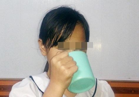 Em P.A mô tả lại việc bị cô giáo phạt uống nước vắt từ giẻ lau bảng. AnhrL: VTC News
