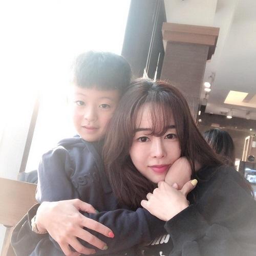 Bella Jay là một người phụ nữ nổi tiếng trên mạng xã hội Hàn Quốc nhờ sắc vóc nổi bật như gái đôi mươi dù đã bước sang tuổi tứ tuần và có một cậu con trai. Ngoài ra, cô còn khiến cư dân mạng phải xuýt xoa trước cuộc sống sang chảnh bên ông xã soái ca.