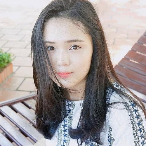 Quỳnh Anh là em vợ của tiền vệ Nguyễn Văn Quyết - đồng đội của Duy Mạnh ở CLB Hà Nội. Cô nàng hiện là sinh viên của Học viện Ngoại giao.