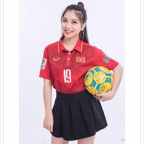 Nhật Lê và Quang Hải công khai hẹn hò vào năm 2016 và trở thành một trong những cặp đôi đẹp nhất làng bóng đá. Nhật Lê rất được lòng người hâm mộ của Quang Hải vì sở hữu ngoại hình xinh xắn, tính cách thân thiện, gần gũi và luôn là hậu phương vững chắc, ủng hộ sự nghiệp thi đấu của bạn trai hết mình.