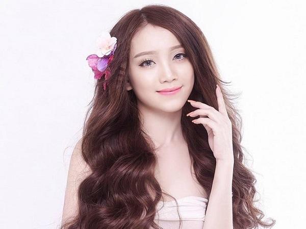 Dù không phải là người nổi tiếng, bạn gái của Văn Thanh vẫn nhận được sự chú ý bởi gương mặt xinh đẹp, thân hình gợi cảm như người mẫu.