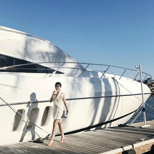 Thành viên của hội Rich kids ofVietnam check in cùng du thuyền sang chảnh.