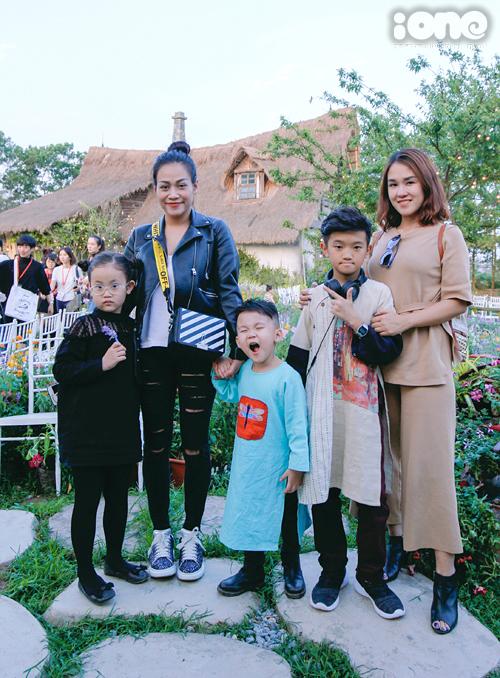 Chị đại của Tiến Dũng, Quang Hải, Đức Chinh khoe con trai diễn thời trang bảnh như hot boy - 3