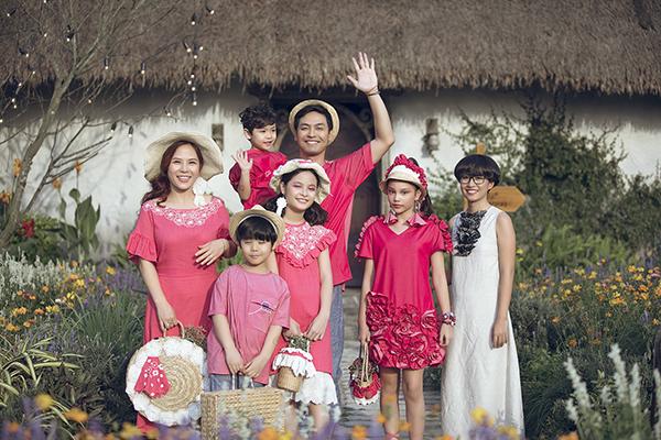 Con gái Phan Anh ra dáng hot girl khi diễn thời trang cùng bố mẹ - 2