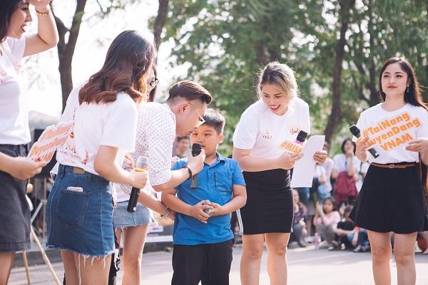 Dàn nữ sinh HV Âm nhạc Quốc gia khoe tài sắc tại phố đi bộ Hồ Gươm - 6