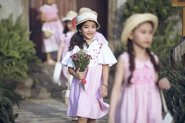 Con gái Phan Anh ra dáng hot girl khi diễn thời trang cùng bố mẹ - 4