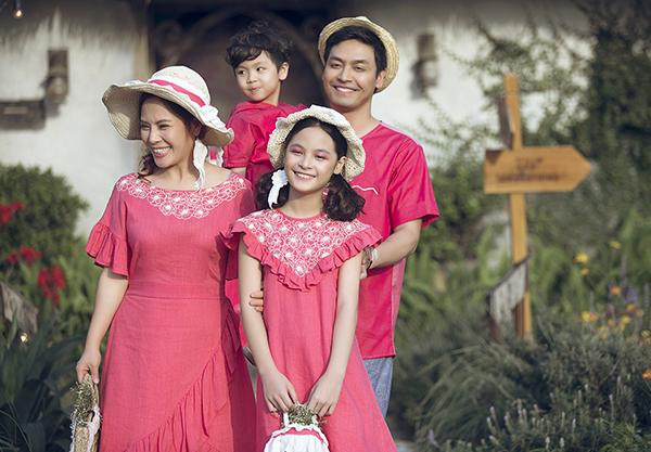 Con gái Phan Anh ra dáng hot girl khi diễn thời trang cùng bố mẹ - 1