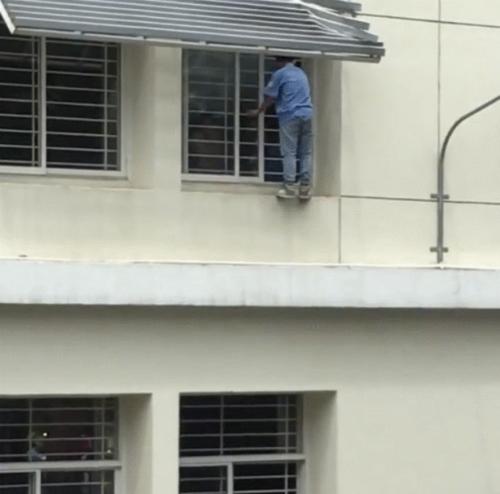 Nam sinh cố thủ ở bậu cửa sổ sau khi may mắn thoát chết.