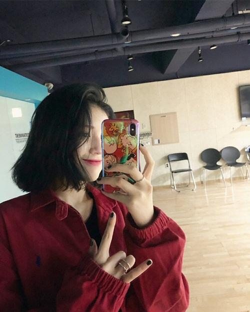 Mái tóc mới của idol sinh năm 2001 gây sốt trên Twitter. Người hâm mộ nhận xét Somi cá tính, sang chảnh hơn hẳn với style tóc ngắn.