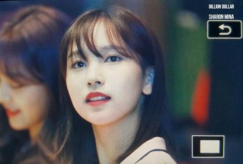 Màu tóc đen dường như đang là xu hướng ở Hàn. Mina vừa nhuộm lại tóc màu trầm và đặc biệt cắt mái thưa. Kể từ lúc deut, đây là lần thứ 2 cô nàng để lại tóc mái.