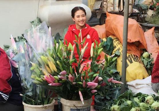 Thùy Linh làm công việc bán hoa để có thêm tiền đóng học phí.