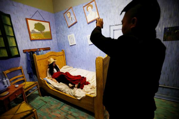 Không gian phòng ngủ với back-ground là tác phẩm của Van Gogh.