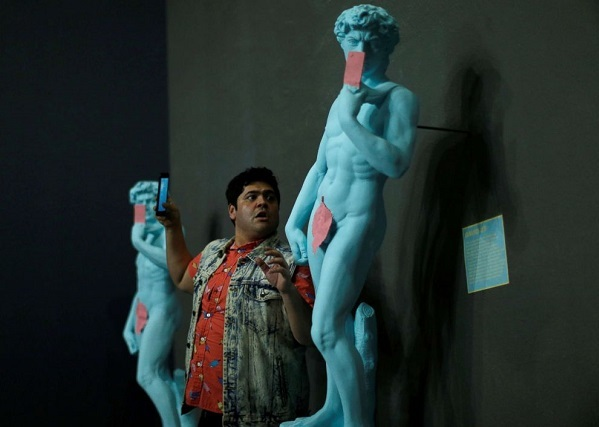 Ngại ngùng chi nữa khi đến tượng David cũng cầm điện thoại selfie.