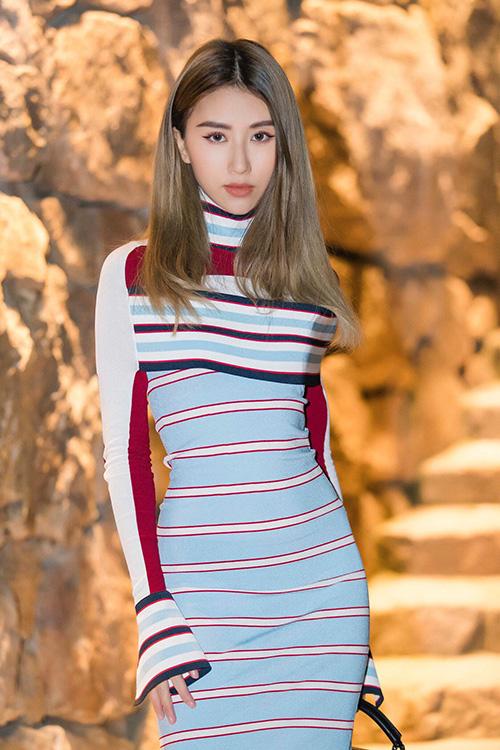 Quỳnh Anh Shyn mặc váy sexy với sneakers thô kệch đi tiệc Louis Vuitton