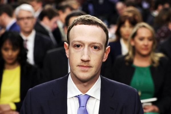 Vẻ mặt căng thẳng của MarkZuckerberg trong biểu điều trần.