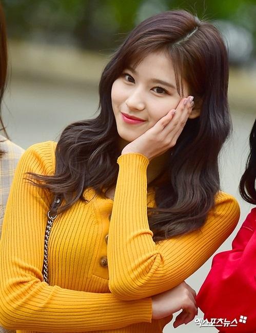 Sana ngày càng quyến rũ sau khi giảm cân. Cô nàng là đại biểu cho idol có vẻ đẹp sexy, cute.
