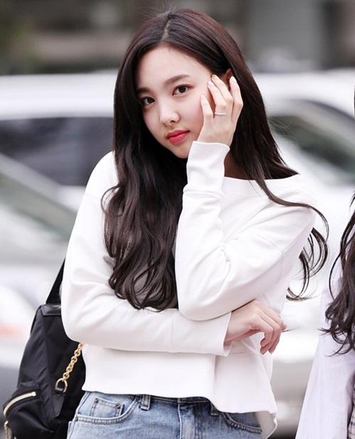 Na Yeon sở hữu má bánh bao cute, cô nàng rất nhiệt tình tạo dáng trước ống kính phóng viên.