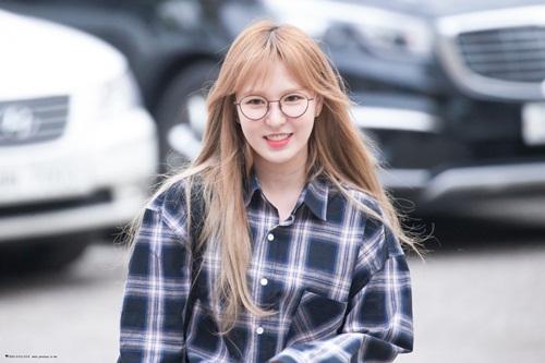 Wendy có màn song ca cùng Eric Nam. Cô nàng đeo kính tròn gọng cute, gương mặt hơi tròn sau quãng thời gian nghỉ ngơi.