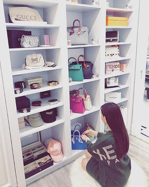 Phòng chứa quần áo đẹp như tiệm của các tiểu thư hội con nhà giàu Việt - 1