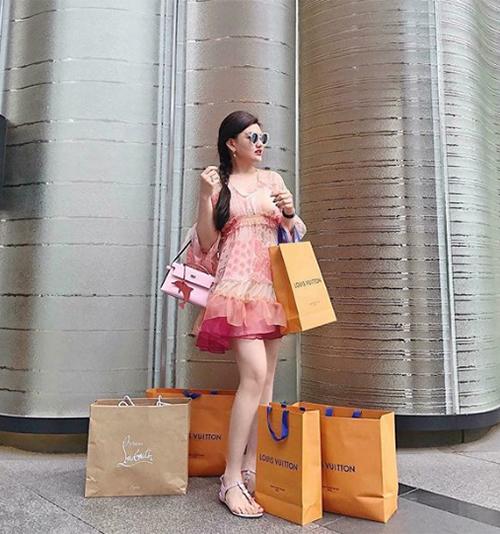Phòng chứa quần áo đẹp như tiệm của các tiểu thư hội con nhà giàu Việt - 2