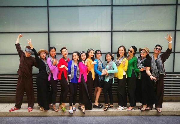 Dàn sao Việt chơi trội với quần áo loè loẹt tại lễ hội té nước Thái Lan