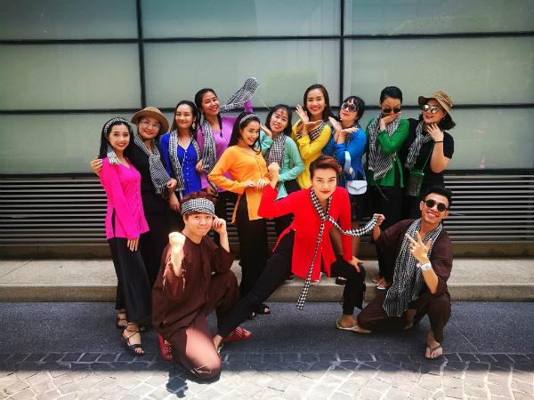 Dàn sao Việt chơi trội với quần áo loè loẹt tại lễ hội té nước Thái Lan - 1