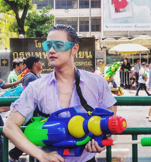 Dàn sao Việt chơi trội với quần áo loè loẹt tại lễ hội té nước Thái Lan - 11