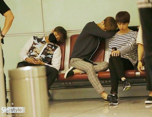 Vì quá buồn ngủ, Se Hun và Kai bỏ quên cả thần thái, ngồi ngủ cực thoải mái ở ghế sân bay.