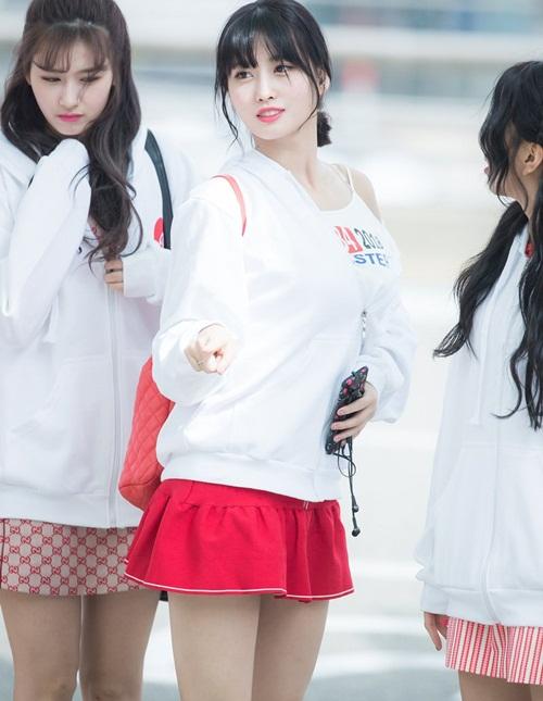 Ngày 15/4, Twice sang Nhật Bản chuận bị cho concert. Các cô gái quyết định mặc đồng phục áo in hình logo của nhóm. Momo kéo áo trễ vai đầy gợi cảm.