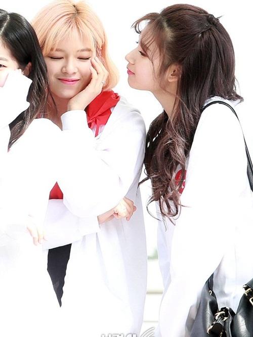 Sana có sở thích hôn má, thân thiết với các thành viên trong Twice.