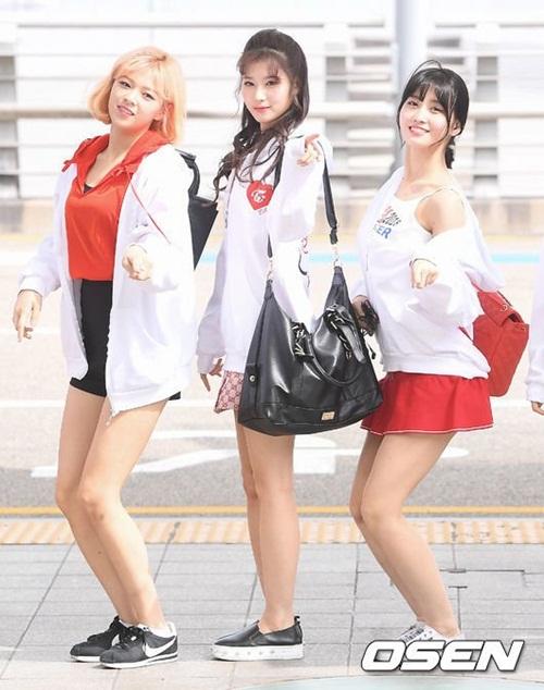 Cả 9 thành viên đều mặc quần short, váy ngăn khoe chân phù hợp với thời tiết mùa hè ở Hàn.