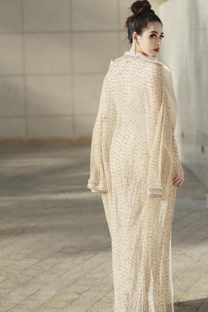 <p> Trang phục màu nude sử dụng các loại đá, tua rua đính kết tôn lên vẻ kiêu sa của người mặc.</p>