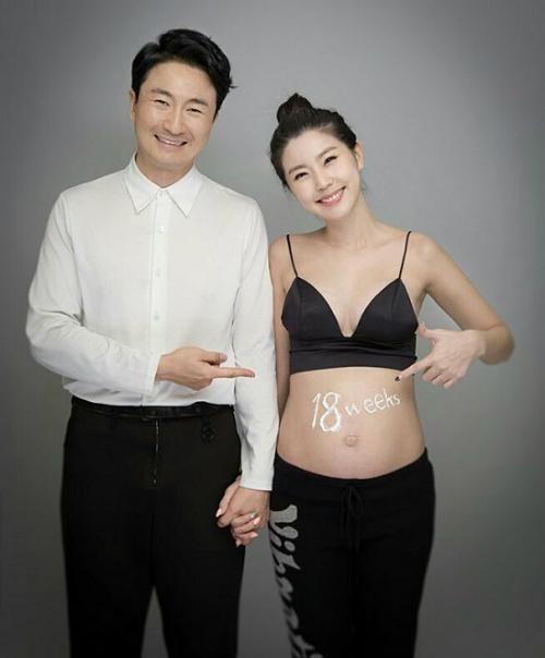 9 cặp sao Hàn vượt qua khoảng cách tuổi chú - cháu để hẹn hò - 3