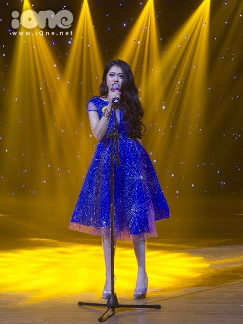 Phan Ánh Vi trình diễn ca khúc tự sáng tác dành riêng cho chương trình.