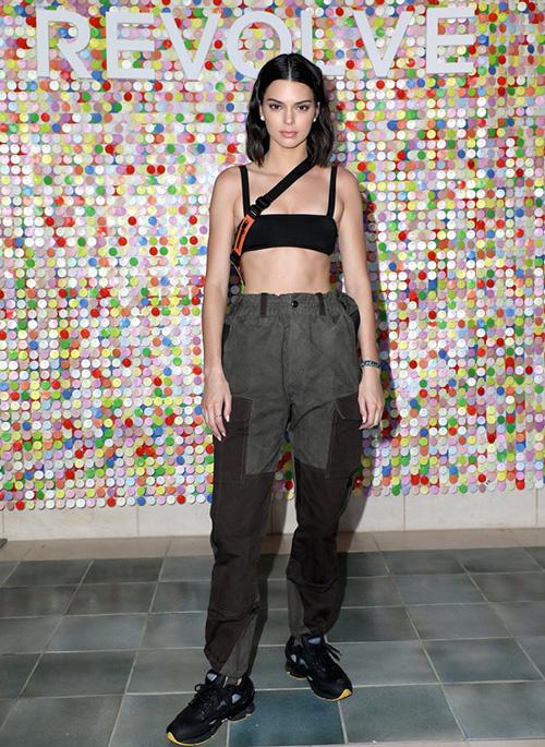 Hàng loạt người mẫu chất nhất nước Mỹ đồng loạt đến Coachella khoe style mùa hè. Kendall Jenner năm nay diện phong cách sporty hơn hẳn những năm trước.