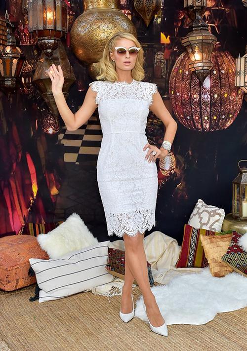 Paris Hilton là mỹ nhân lạc quẻ hơn cả ở lễ hội năm nay vì đi festival ngoài trời nhưng vẫn diện style kiểu búp bê siêu điệu.