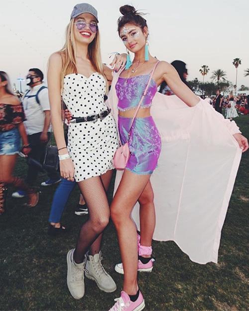 Các chân dài Victorias Secret như Taylor Hill, Alessandra Ambrossio... chứng minh đẳng cấp bằng những bộ cánh rực rỡ màu sắc, phóng khoáng.