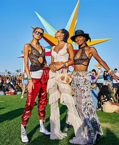 Coachella luôn là nơi tụ hội của những cô nàng du mục hiện đại, khoe hình thể tối đa dưới nắng đầu hè.