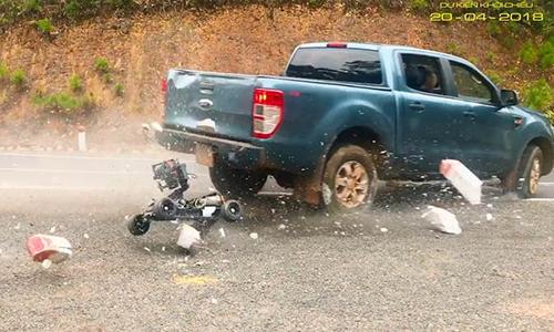 Xe ô tô đã cuốn luôn chiếc máy quay hiện đại xuống đất.