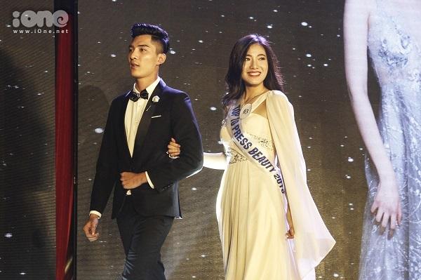 Nguyễn Hoài Phương Anh tinh tế trong phần thi trang phục dạ hội.