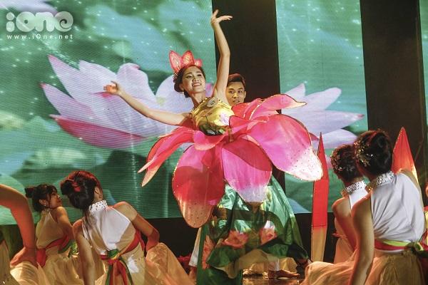 Điệu múa sen uyển chuyển của thí sinh Hoàng Thị Tú Uyên.