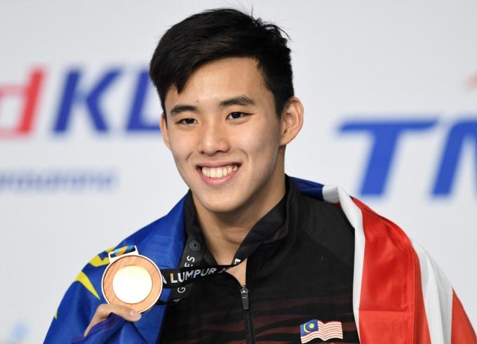 <p> <strong>Welson Sim</strong><br /> VĐV 21 tuổi người Malaysiasở hữu thành tích đáng ngưỡng mộ trong bộ môn bơi lội với nhiều huy chương qua các kỳ SEA Games. Năm 2016, Welson Sim dự Olympic Rio và xuất sắc giành chiến thắng ở nội dung 400m tự do trước nhà vô địch người Australia - Mack Horton.</p>