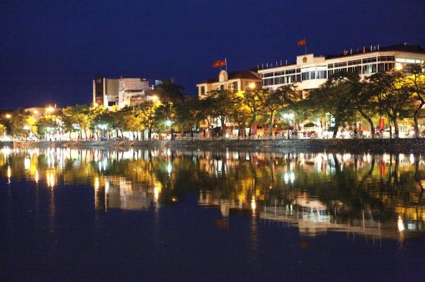 Đi Hồ Sen dành Gift box & Lookbook cùng Pepsi: Hồ Sen chính là địa điểm tụ tập ưa thích của giới trẻ Hải Phòng. Không gian rộng rãi thoáng mát cùng những hàng quán bên đường chính là những yếu tố cần và đủ cho một nơi bạn bè gặp mặt.